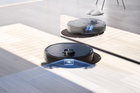Der DEEBOT T9 AIVI steht auf dem Boden. Ein blauer Strahl kennzeichnet das Sichtfeld seiner Kamera.